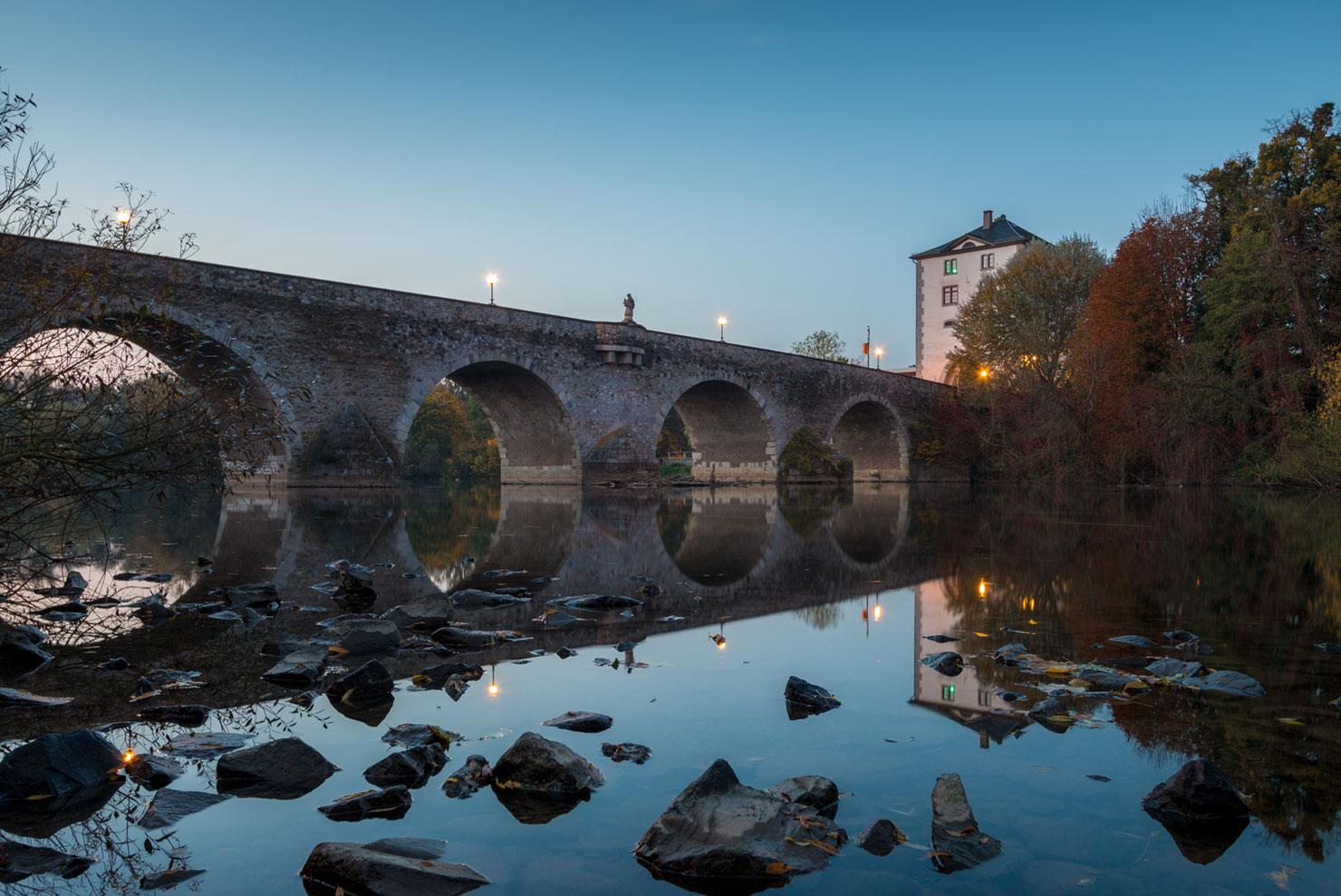 Limburg Alte Lahnbrücke Herbst blaue Stunde