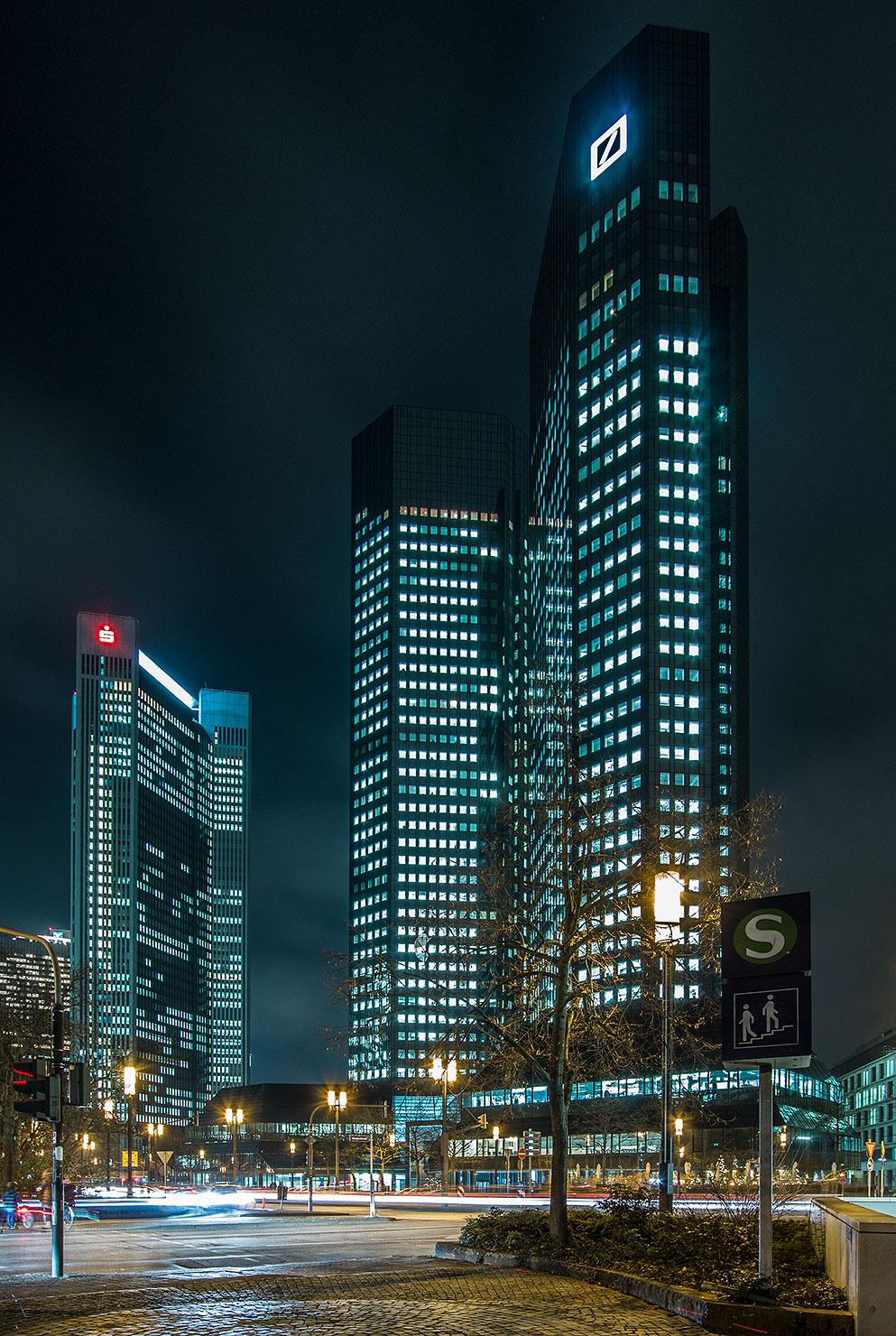 Deutsche Bank Frankfurt bei Nacht