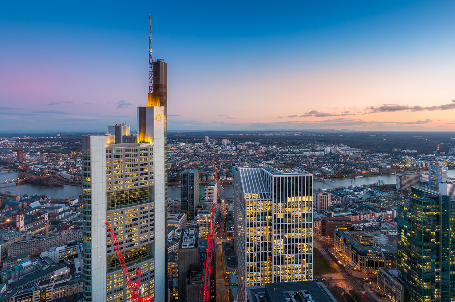 Frankfurt Commerzbank Tower Maintower blaue Stunde Winter