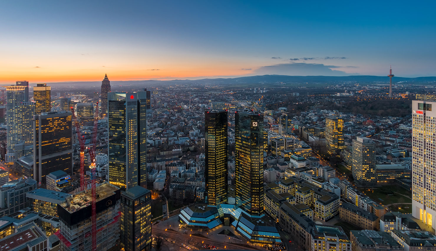 Frankfurt Maintower blaue Stunde Winter
