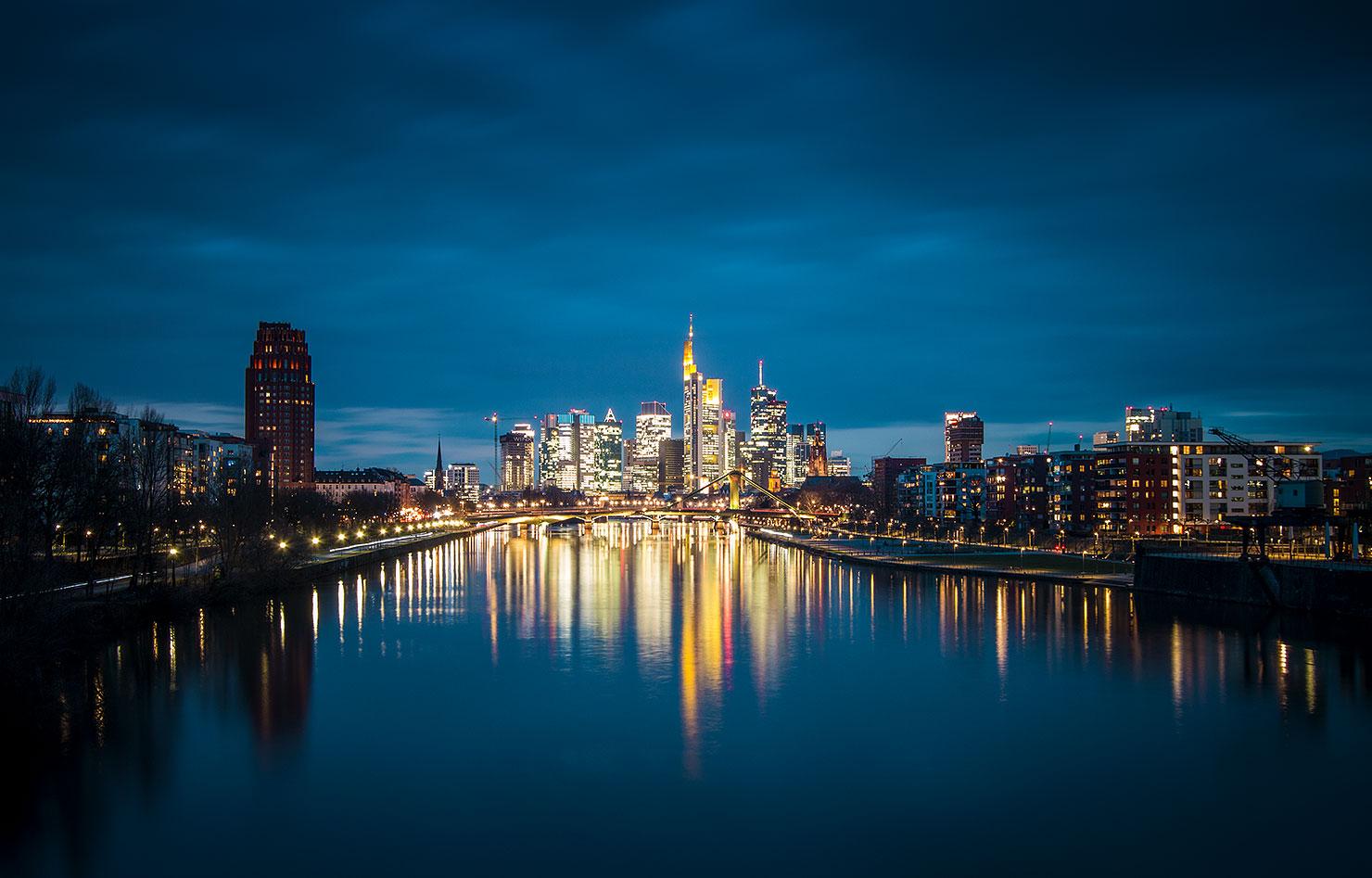 Frankfurt Skyline Deutschherrnbrücke Osthafen Nacht