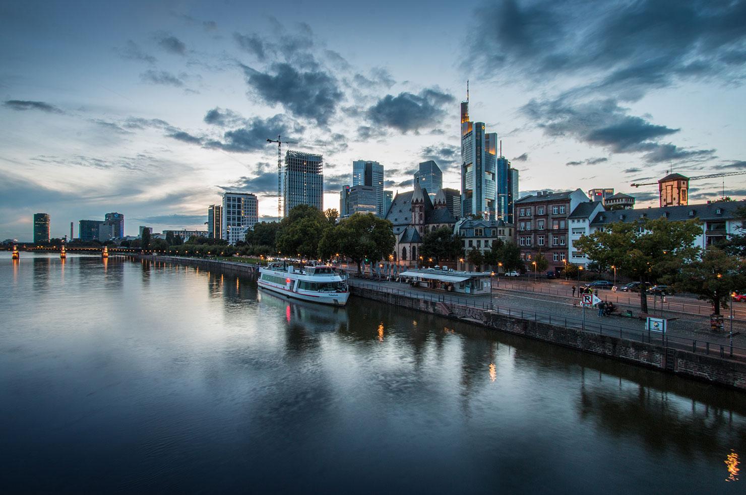 Frankfurt Skyline Eiserner Steg blaue Stunde