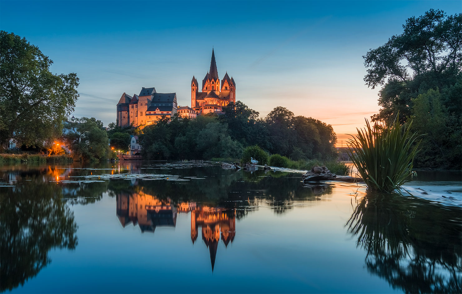 Limburg Lahn Blick auf Dom aus Lahn im Sommer