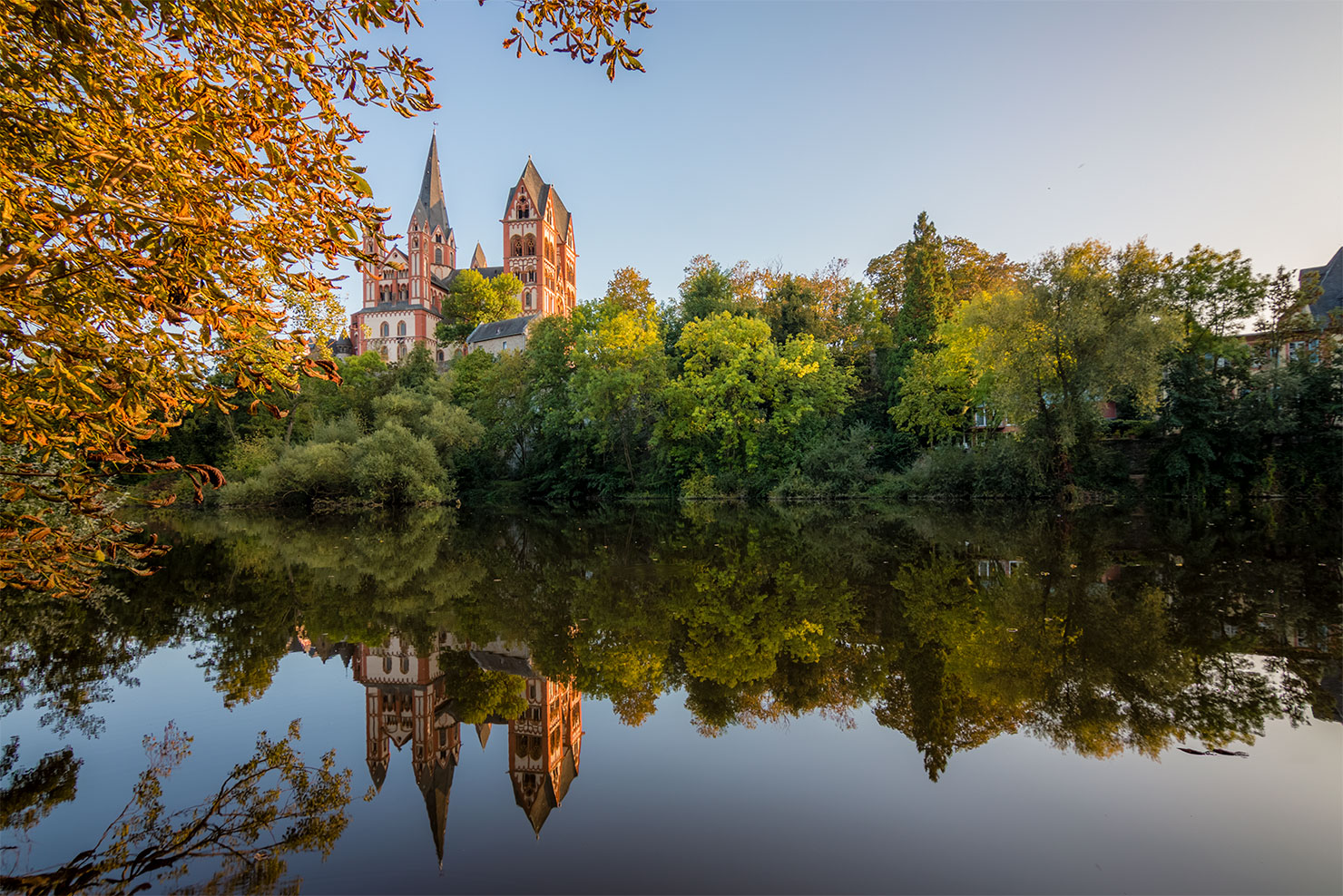 Limburg Lahn Blick auf Dom vom Lahnufer im Herbst
