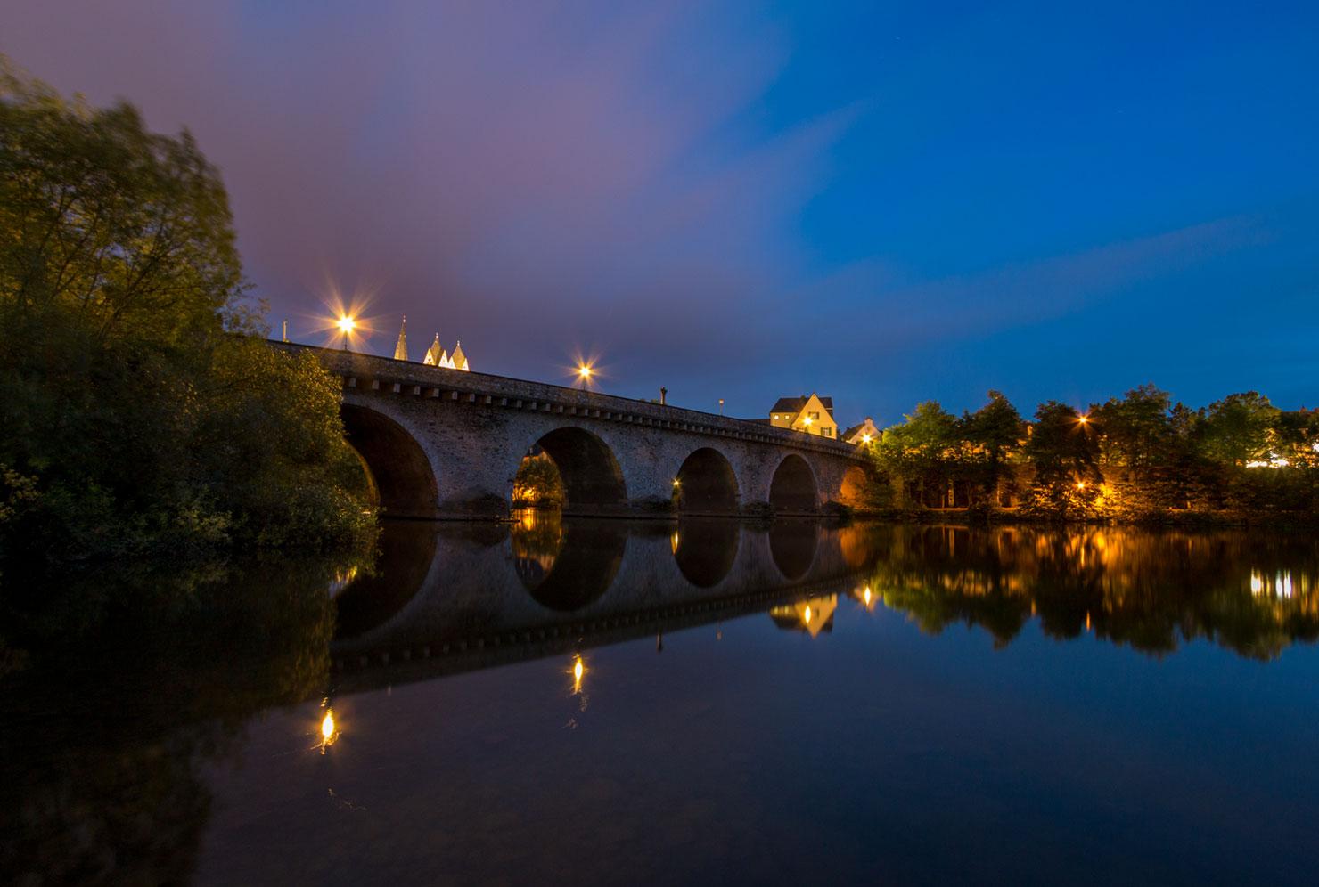 Limburg Alte Lahnbrücke Sommer blaue Stunde