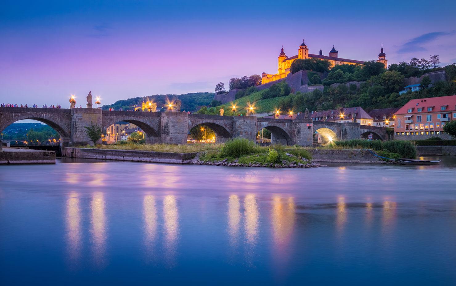 Würzburg Alte Mainbrücke Festung Marienberg Sommer blaue Stunde