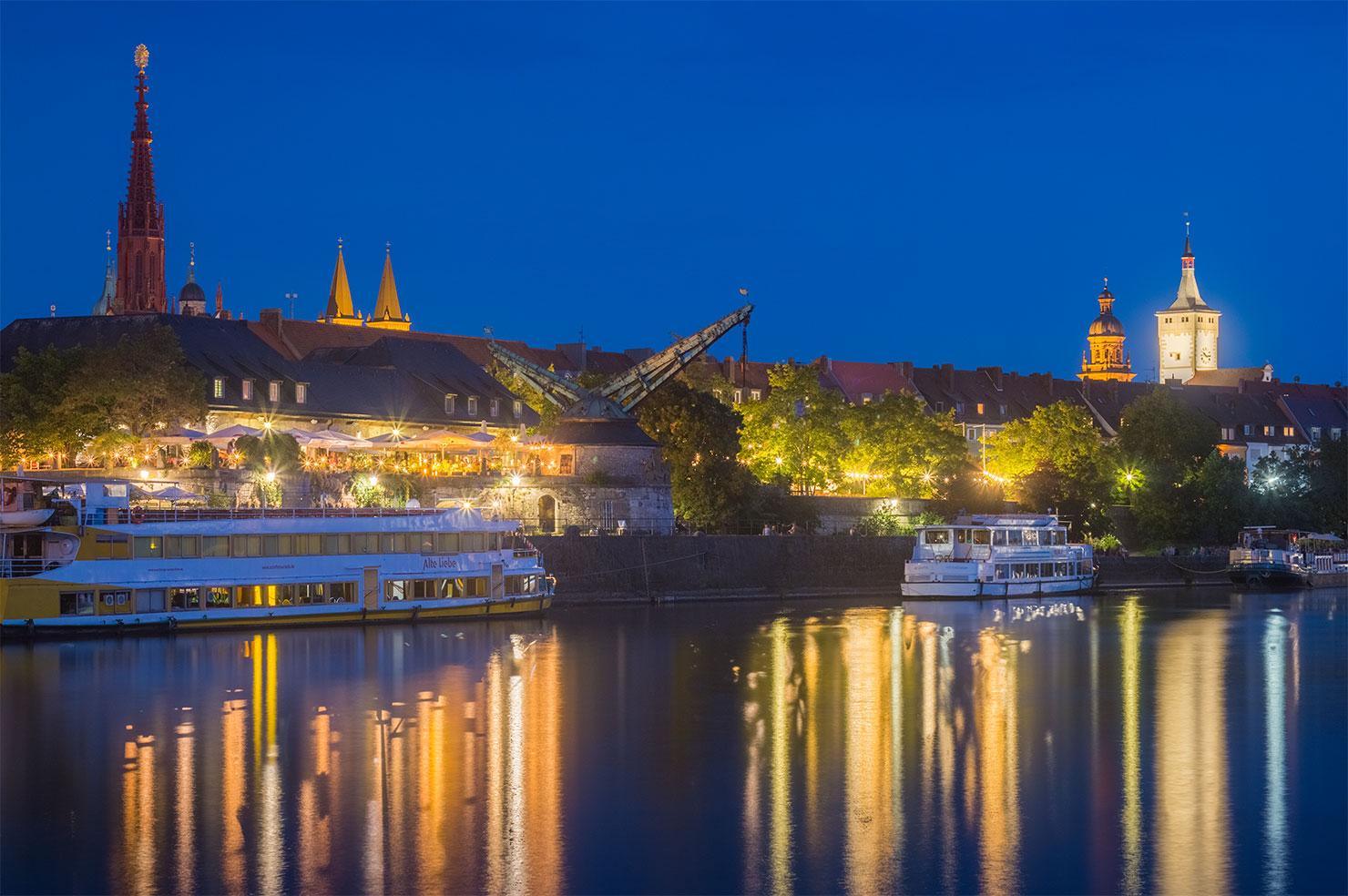 Würzburg Alter Kranen Mainkai Sommer blaue Stunde