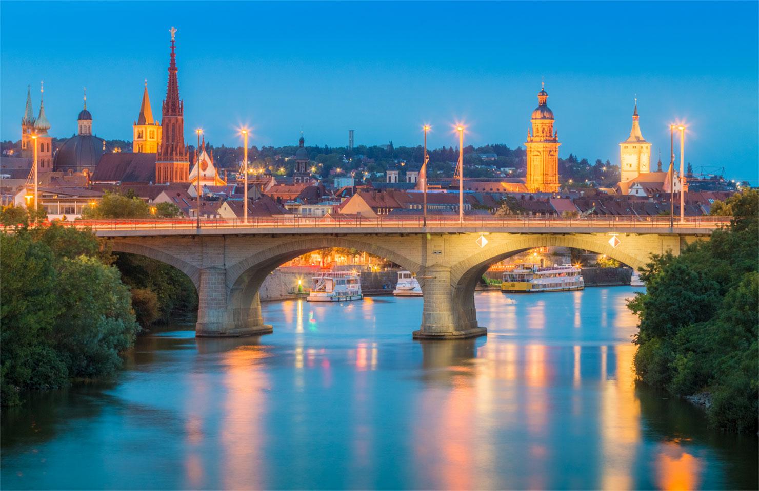 Würzburg Brücke Deutsche Einheit Sommer blaue Stunde