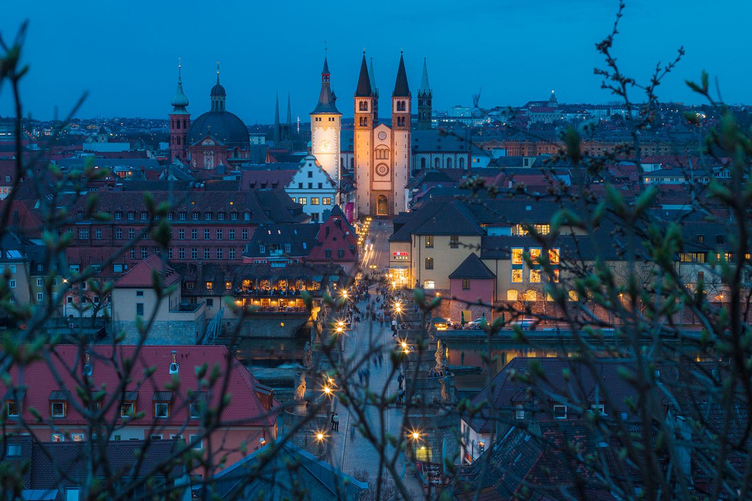 Würzburg Domstraße blaue Stunde Frühling