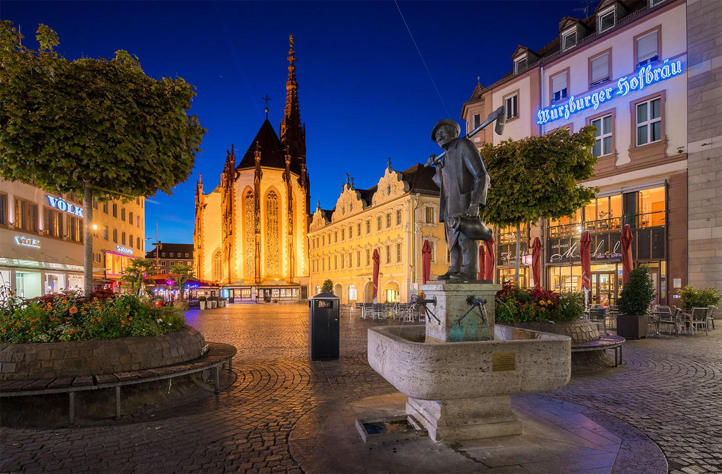 Würzburg Marienkapelle Häckerbrunnen blaue Stunde